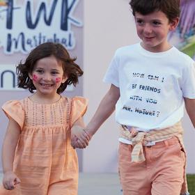 menino e menina a desfilar