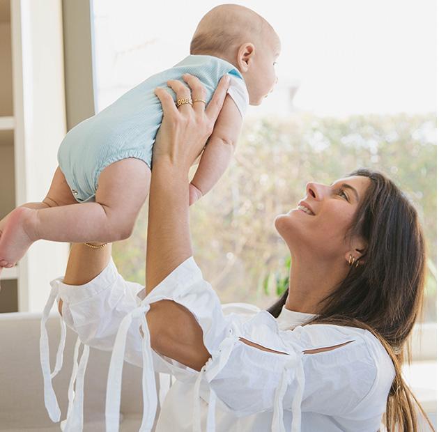 mãe a segurar bebé